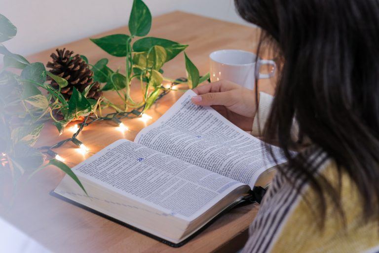Simple Step-By-Step Guide: How To Study the Bible For Beginners